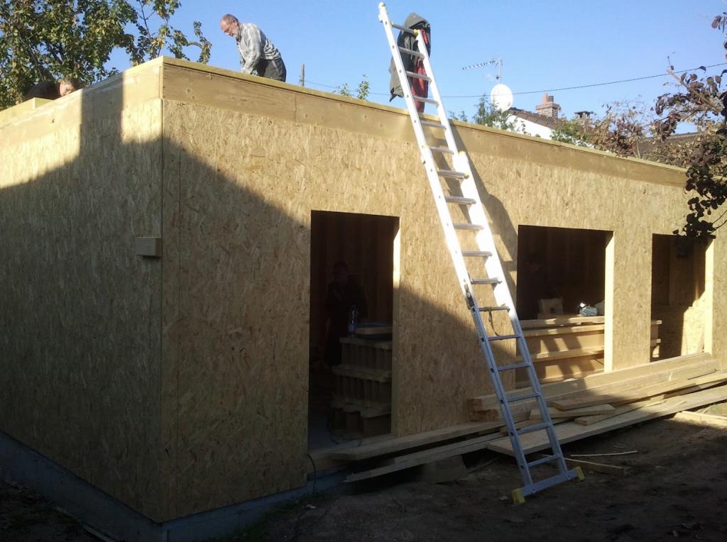 Les ouvriers sont sur le chantier de la maison bio